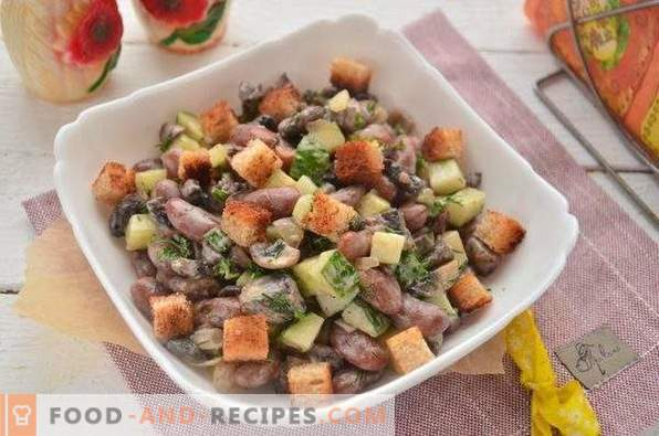 Salad with beans, crackers and champignons
